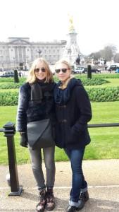 Prinzessinnen vor dem Palast der Queen